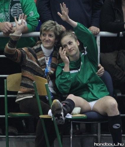 Nerea Pena édesanyjával (Fotó: handball.hu)